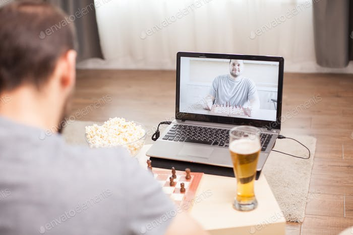 Intelligenz Freunde spielen Schach auf Video anruf