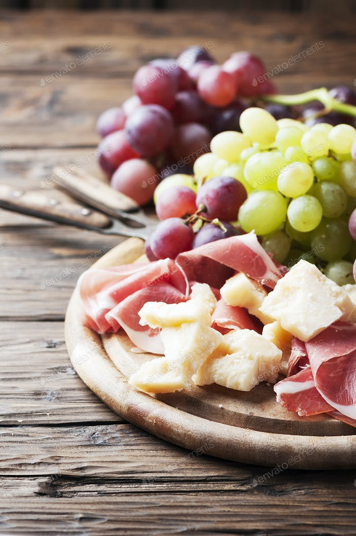 Antipasto mit Trauben, Käse und Schinken