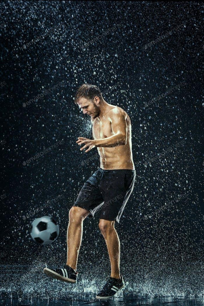 Wassertropfen um Fußballspieler unter Wasser