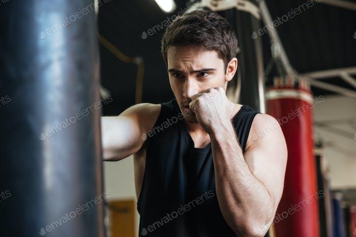 Сильная тренировка боксера в спортклубе