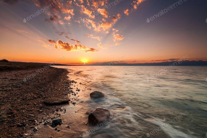 Romantischer Sonnenuntergang an einem tropischen Strand. Sommerurlaub