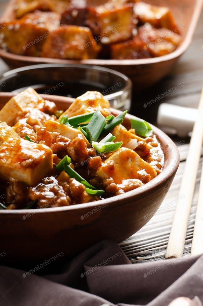 Chinesisches Essen Mapo Tofu Gericht mit Schweinefleisch Schnittlauch Sojasauce Sichuan Pfeffer