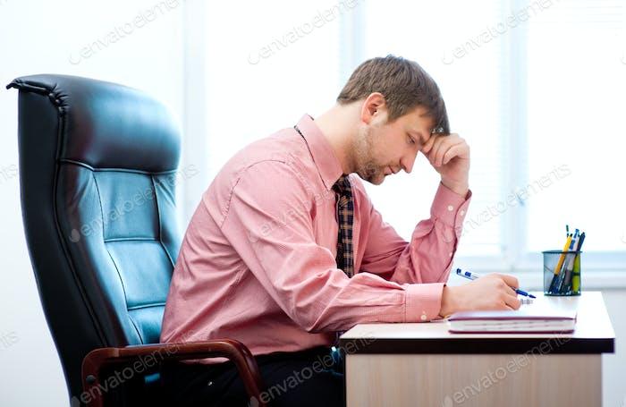 hombre pensando en la oficina