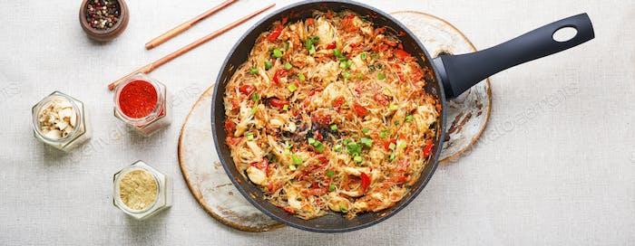 Funchoza Gericht der asiatischen Küche