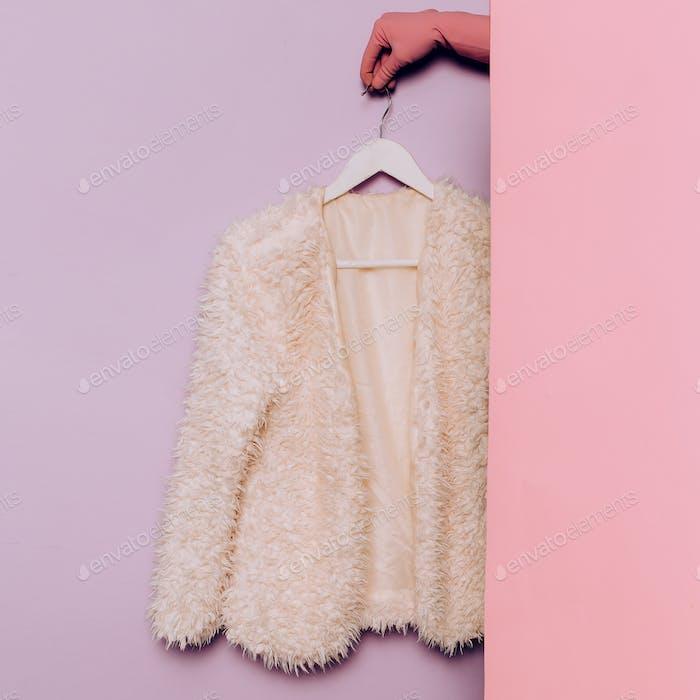 Stilvolle Kleidung. Weißer Mantel. Frühling. Garderobe Ideen Trend