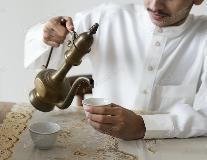 Muslimischer Mann mit einer Tasse Tee