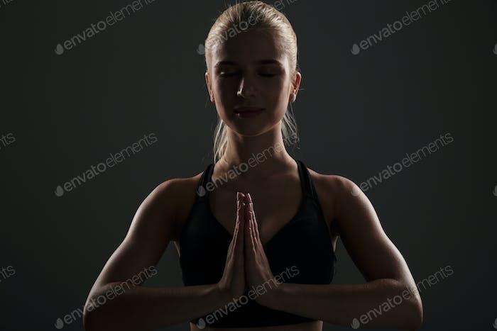 Porträt einer jungen Fitness-Frau in Sportbekleidung gekleidet