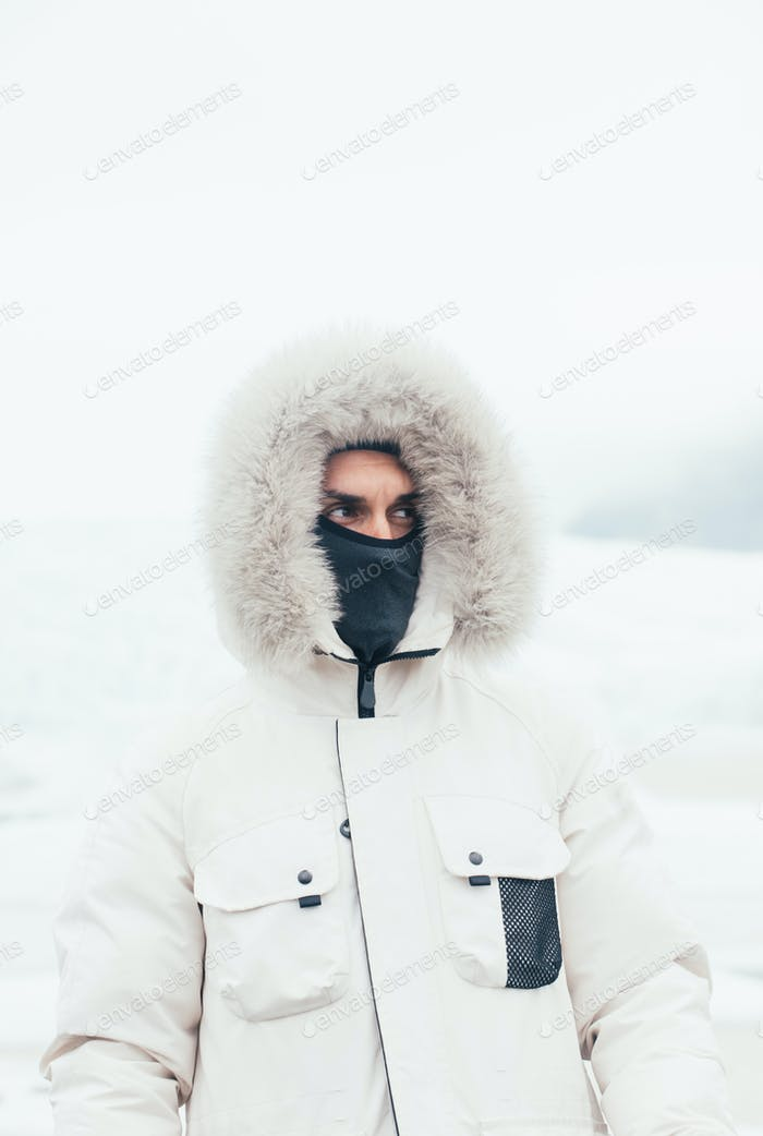 Wanderlust-Entdecker entdeckt isländische Naturwunder