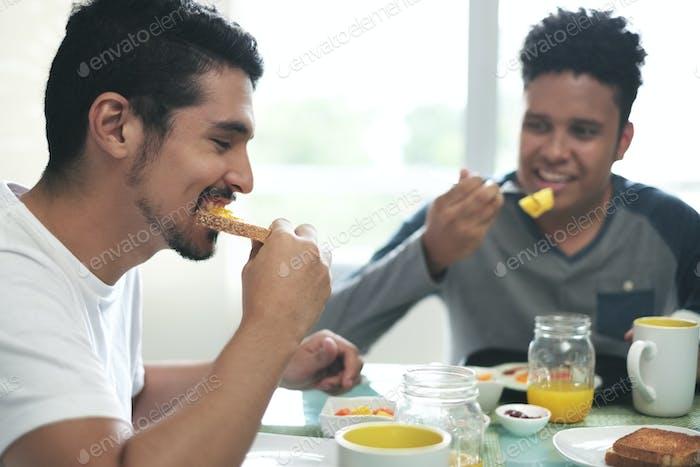 Gay paar Essen Frühstück zu Hause in die Morgen