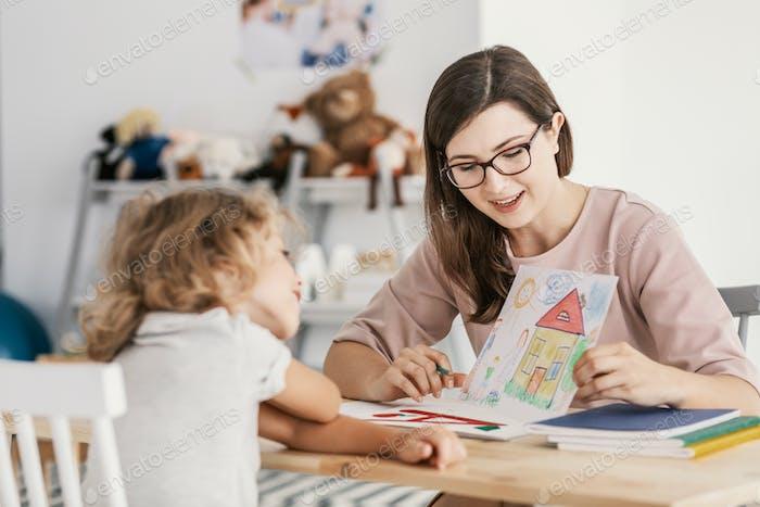Ein professioneller Kindererziehungstherapeut, der ein Treffen mit einem