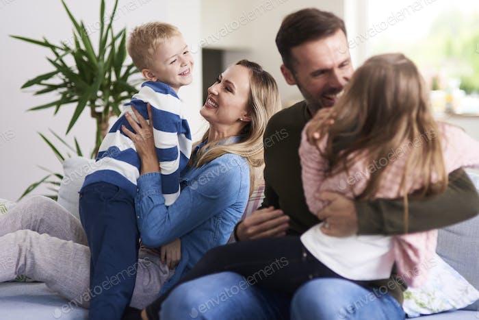 Fröhliche Familie genießen zusammen zu Hause