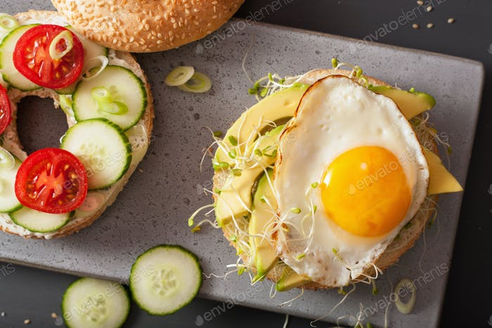 Sandwiches auf Bagels mit Ei, Avocado, Weichkäse, Tomaten, Cuc
