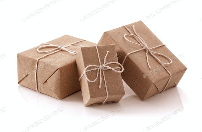 Braune Geschenkpakete aus recyceltem Papier