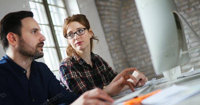 Porträt von jungen Designern, die am Computer arbeiten