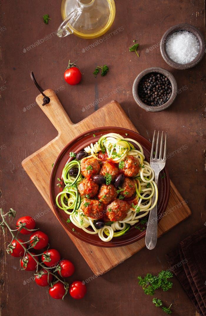 keto paleo zoodles Zucchini-Nudeln mit Fleischbällchen und Oliven