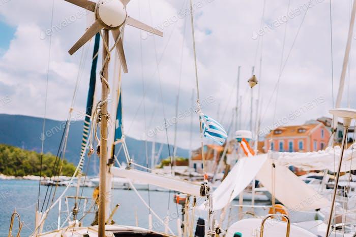 Segelboot Detailteile. Nahaufnahme von Masten der Yacht über dem blauen Meer. Yachting Konzept. Soft-Fokus
