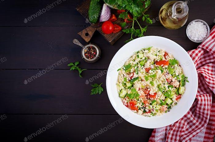 Traditioneller libanesischer Salat Tabbouleh. Couscous mit Petersilie, Tomaten, Gurken, Zitrone