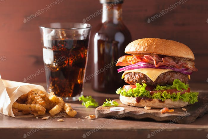 Speckkäse-Burger mit Rinderpastete Tomaten Zwiebel Cola