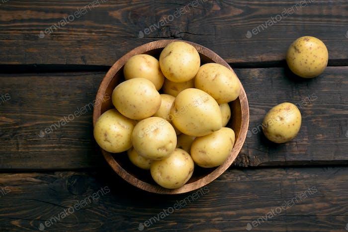 Junge rohe Kartoffeln in Schüssel