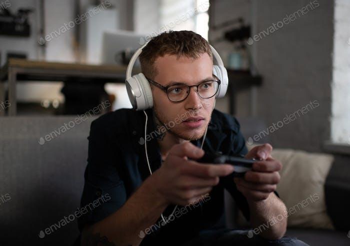 Angespannt Kerl spielen Video spiel