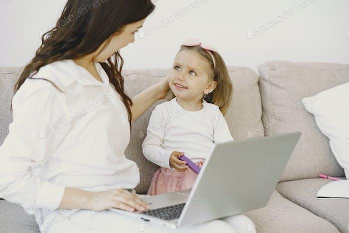 Женщина с дочерью на ноутбуке