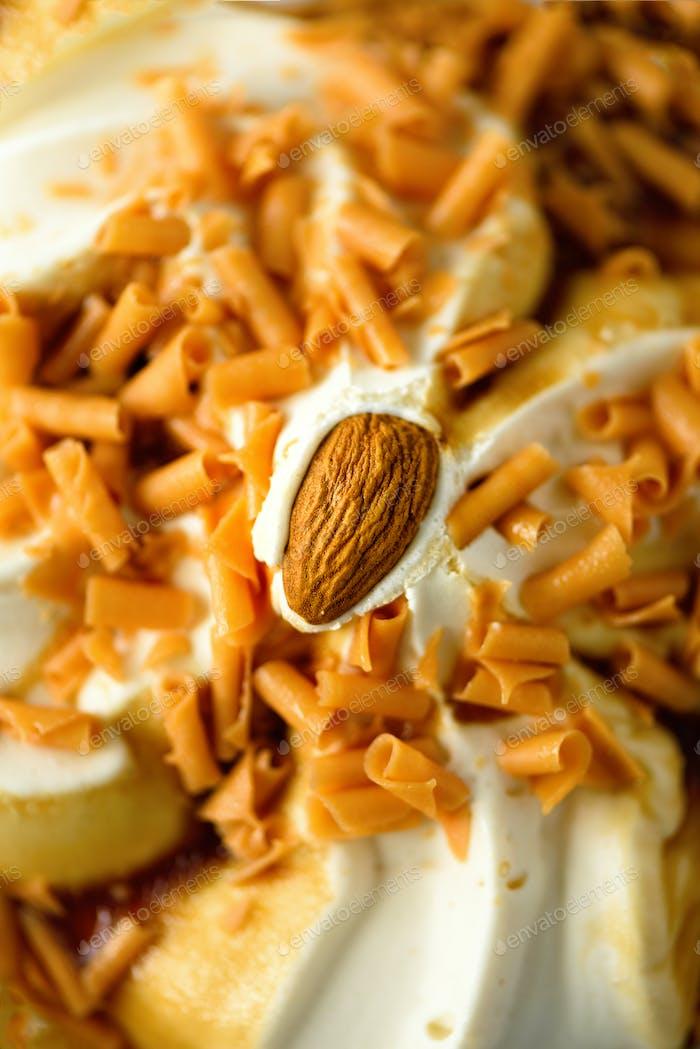 Eis mit Karamellsauce und Mandeln. Sommer-Lebensmittelkonzept, Kopierraum, Draufsicht. Scooped Textur