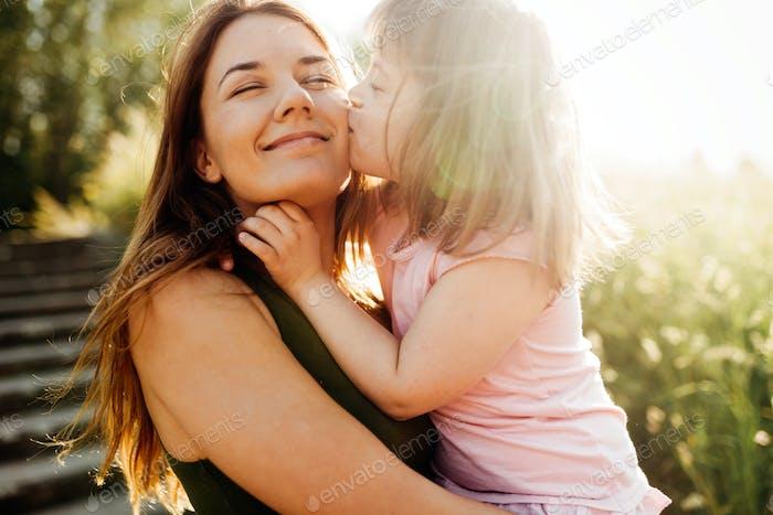 Bild von Mutter und Kind mit besonderen Bedürfnissen