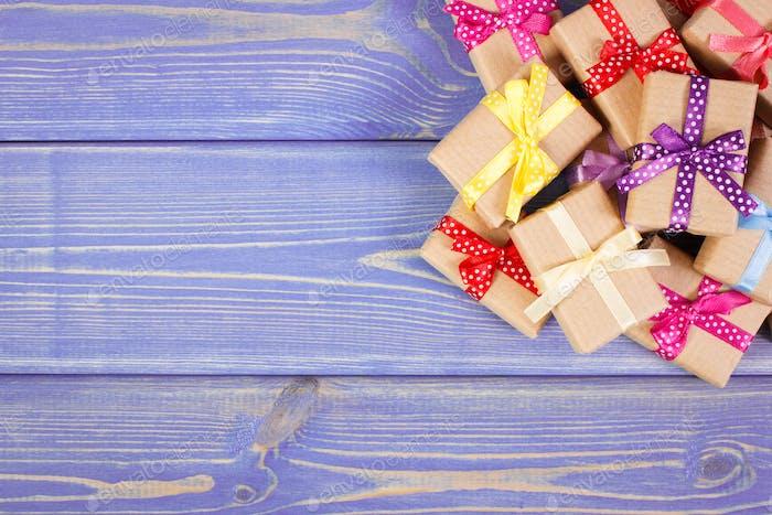 Verpackte Geschenke mit bunten Bändern für Weihnachten oder andere Feier, Kopierraum für Text