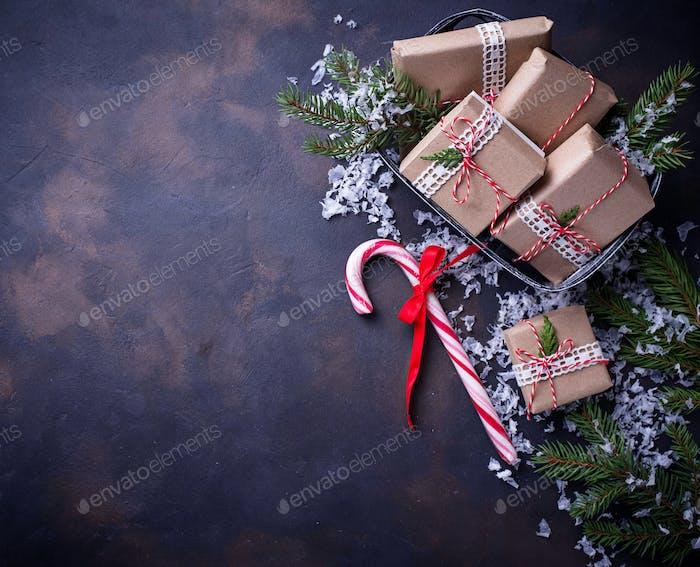 Weihnachtsgeschenk-Boxen und Zuckerrohr.