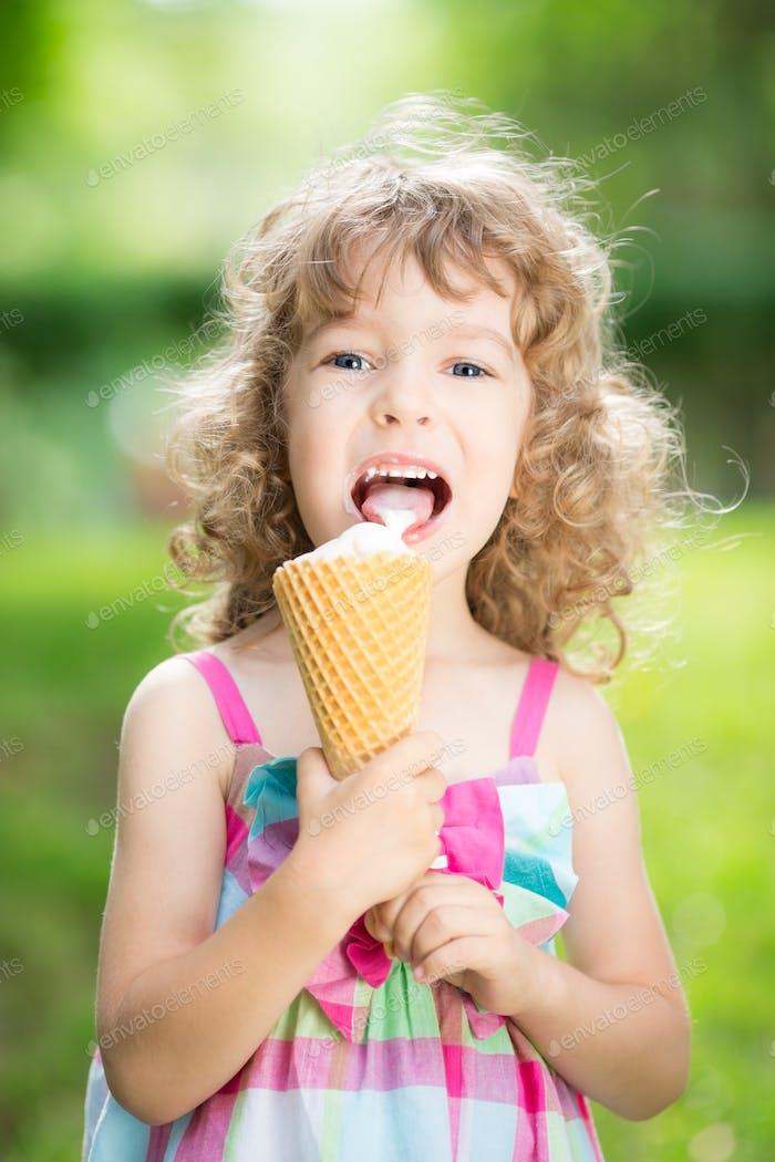 Glückliches Kind essen Eis
