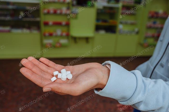 Coronavirus. Covid-19. Ein Mann oder eine Frau nimmt und zeigt Pillen