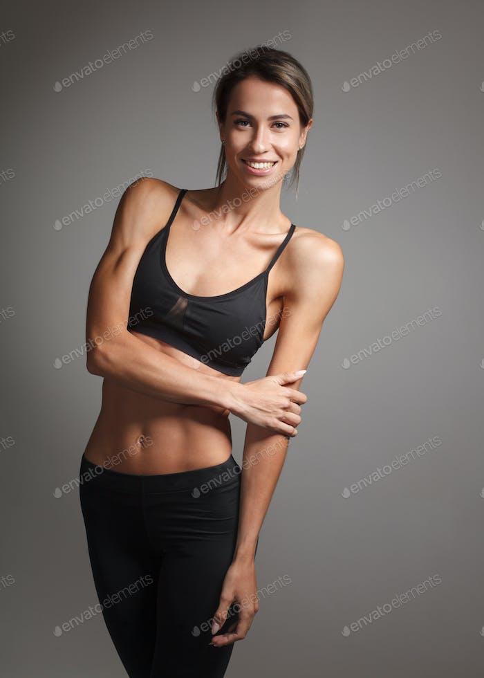 молодая кавказская спортсменка с совершенным мускулистым телом