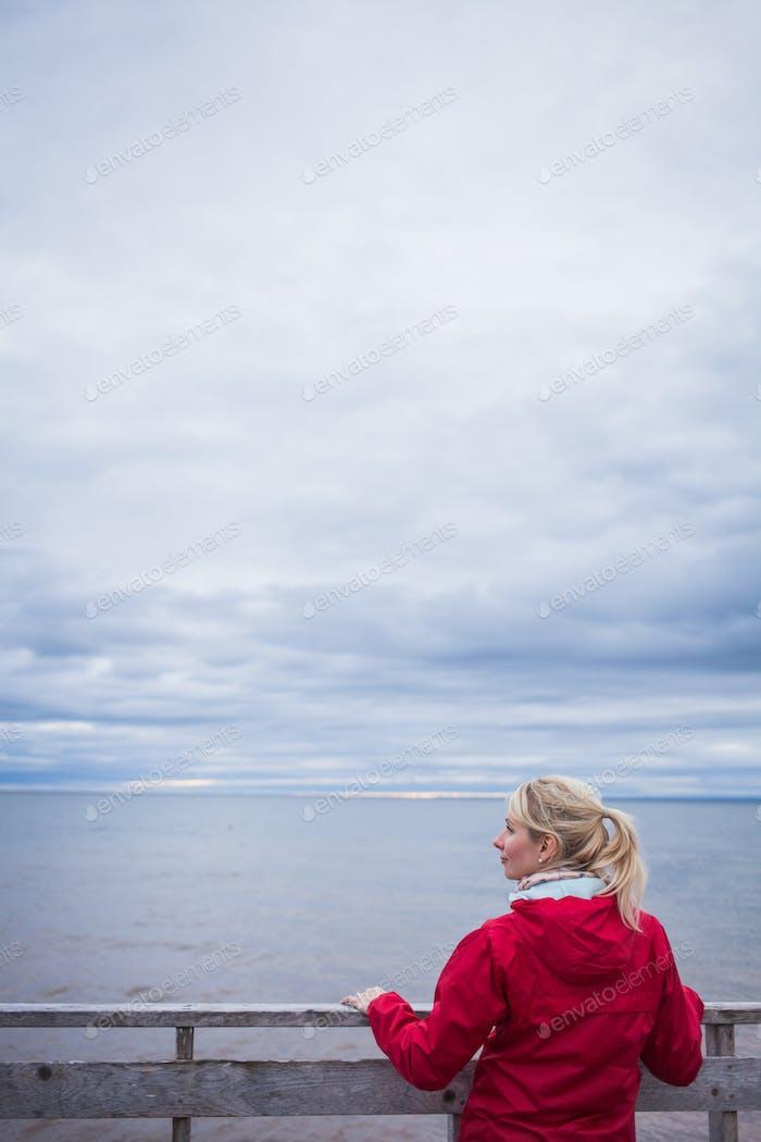 Blick auf den Ozean an einem kalten Herbst Bewölkt Tag