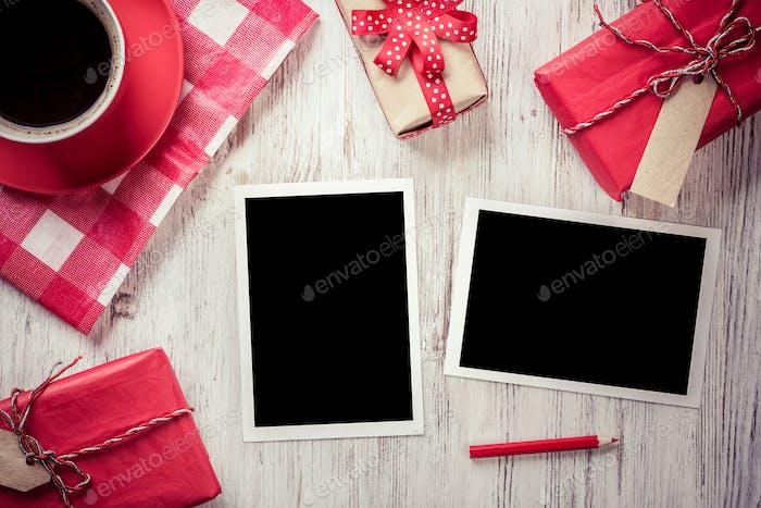 Marcos de fotos en blanco en la mesa