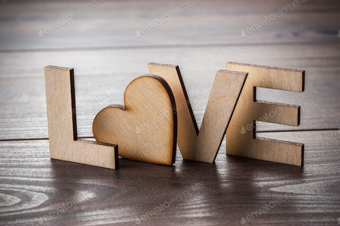 Wort-Liebe mit Holzbuchstaben