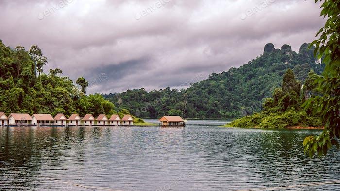 Hütten auf dem See Cheo Lan in Thailand