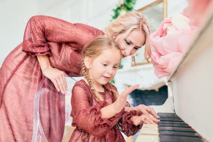 Charmantes kleines Mädchen in einem eleganten Kleid