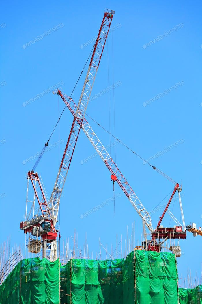 Grue de construction sur site
