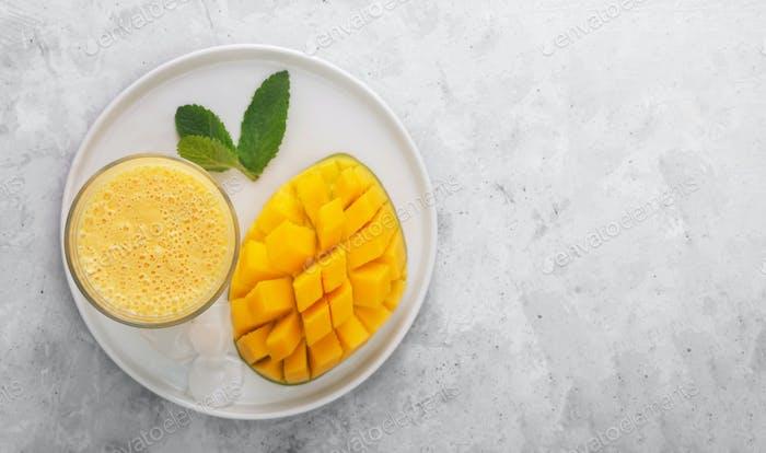 Lassi ist ein beliebtes traditionelles kaltes Getränk auf Joghurtbasis mit Mango in Indien, flach gelegt