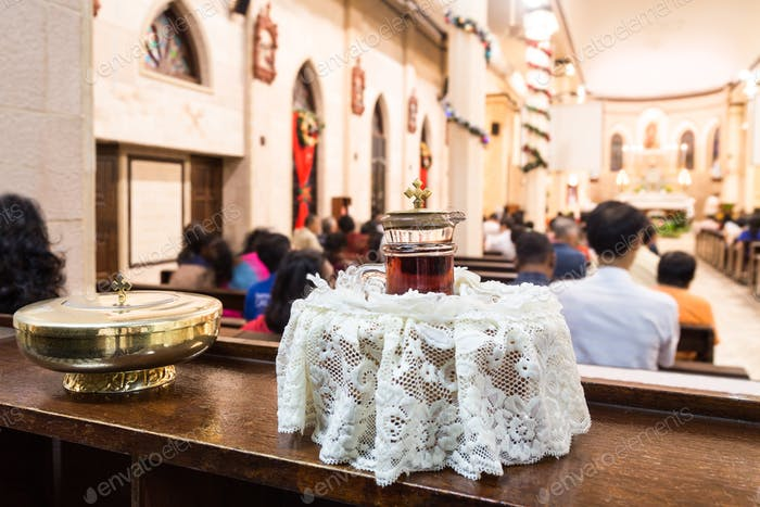 Katholiken Brot und Wein im Kelch mit Kruzifix