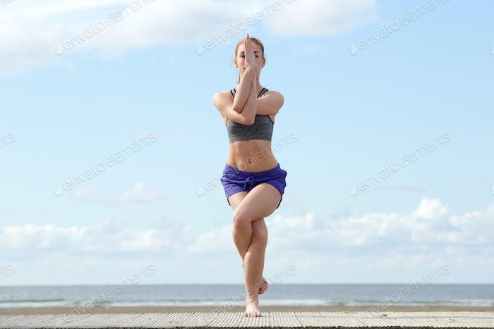 Junge Frau Balancing in Yoga-Position