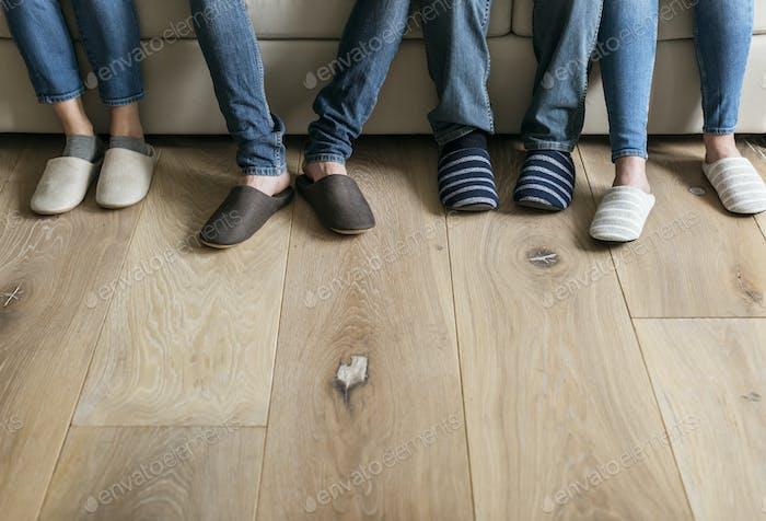 Paar Beine mit Holzboden