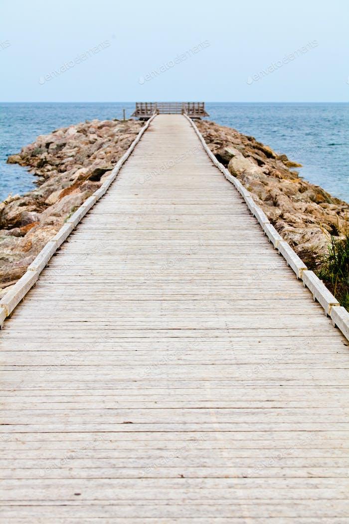 Long Wooden Dock mit Observatorium und Blick auf den Ozean