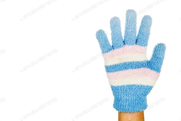 Hand in blau rosa Winterhandschuh Geste Nummer fünf gegen weiß