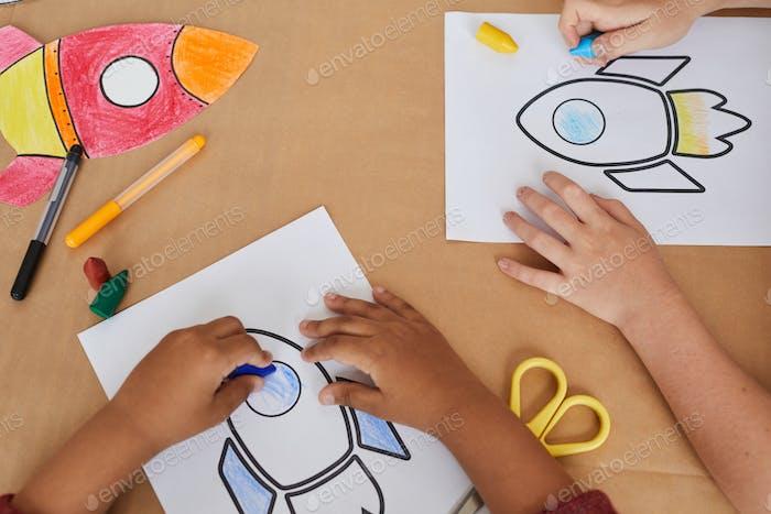 Kinder zeichnen Raketen im Kunst- und Handwerkskurs