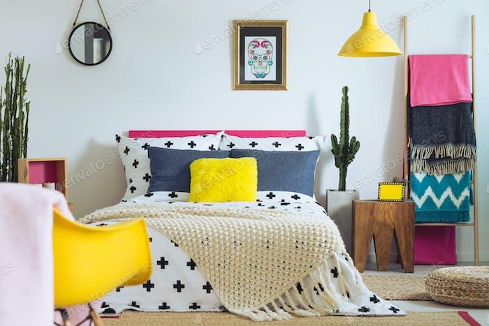 Dormitorio con mezcla de colores