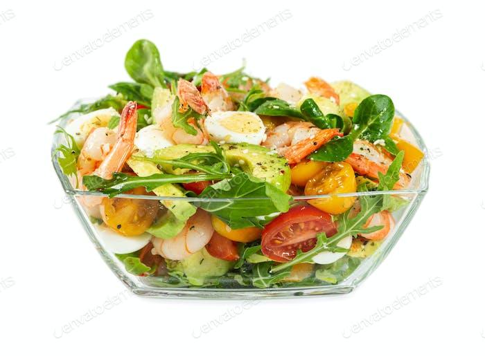 Salat mit Avocado, Garnelen, frischen Kirschtomaten, Wachtelei und Rucola