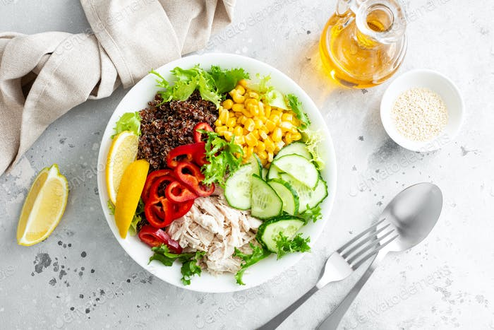 Hähnchenfleisch Lunchschüssel mit frischen Salatblättern, Mais, Gurke, Paprika und Quinoa
