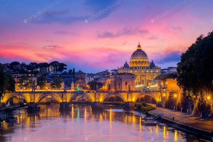 Berühmte Stadtansicht auf die Basilika St. Peters in Rom bei Sonnenuntergang