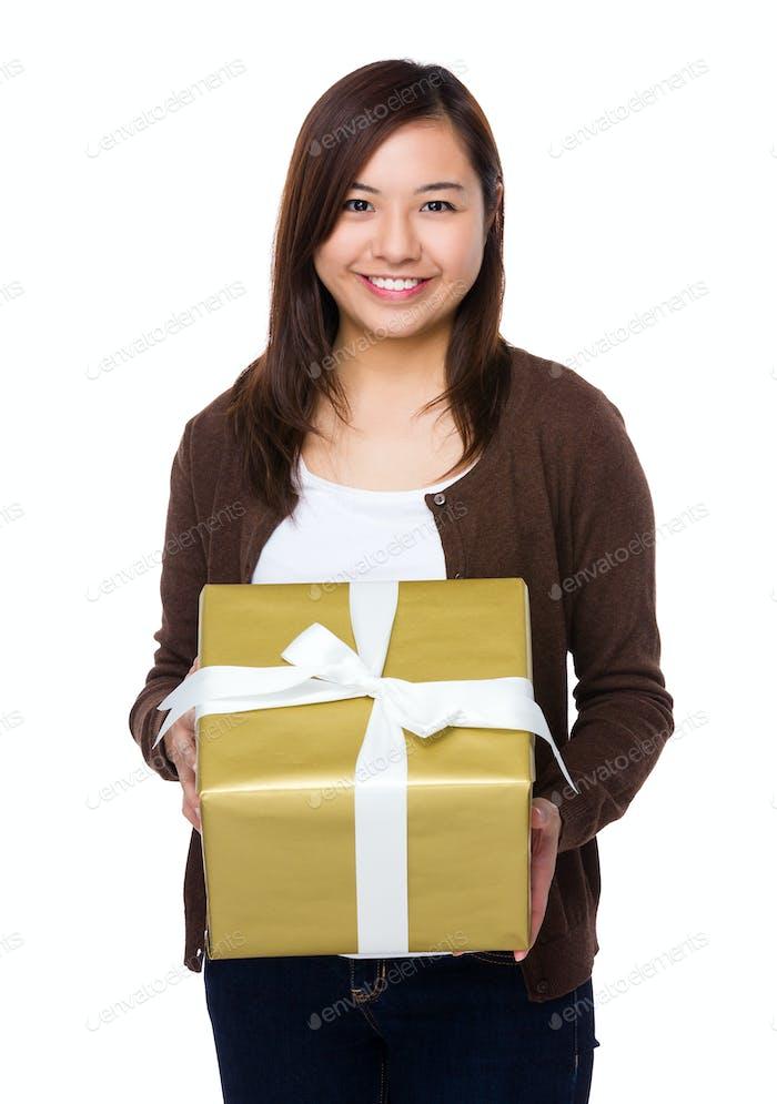 Asiático joven mujer sostener con caja de regalo